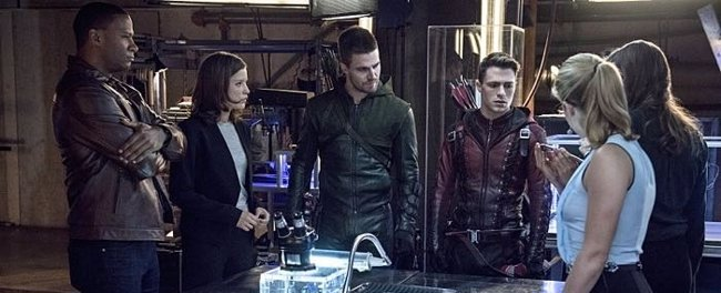 Las nuevas imágenes de Arrow revelan un esperado regreso (THE CW)