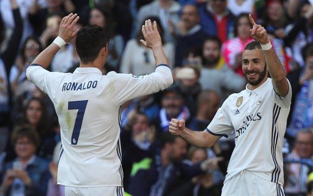Benzema celebra su gol contra el Alavés con Cristiano Ronaldo