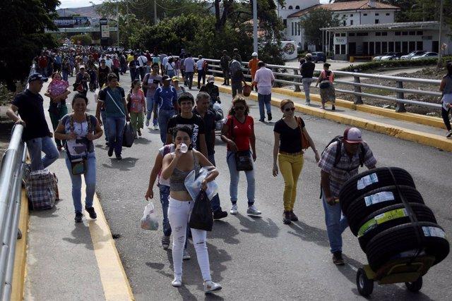 Venezolanos y colombianos transitan el paso fronterizo