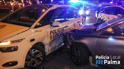 Un conductor ebrio choca contra un coche patrulla de la Policía Local de Palma y dos agentes resultan heridos