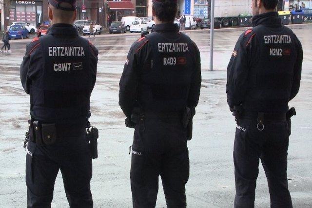 Agentes de la Ertzaintza, en las inmediaciones de San Mamés