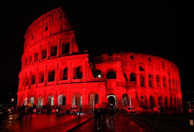 El Coliseo de Roma se ilumina de rojo para protestar contra la ley de blasfemia