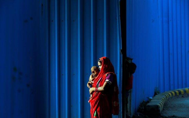 Mujer y su bebé en India