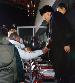 Moon Jae In y Kim Jong Chol se saludan en Pyeongchang 2018