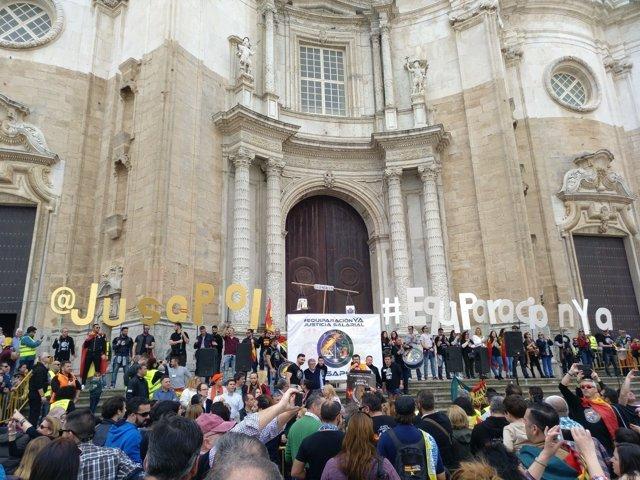 Manifestantes en la movilización de Jusapol en Cádiz