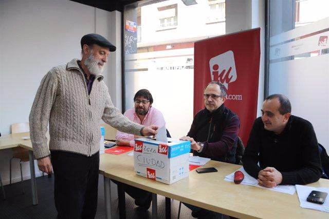 Afiliados de IU votan en la sede de la coalición en Zaragoza.