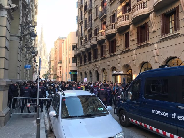Cordón policial de los Mossos d'Esquadra ante las protestas de los CDR