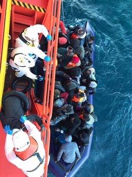 Rescate de una patera por efectivos de Salvamento Marítimo
