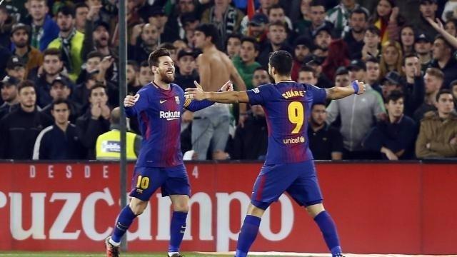 Messi y Suárez celebran un gol en el Betis - Barcelona