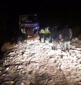Foto: Rescatan a 36 pasajeros de un autobús atrapado por el hielo en Majaelrayo
