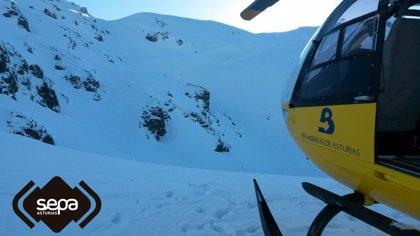 Un esquiador, rescatado tras caer y golpearse con una pierda