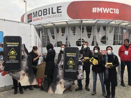 Activistas protestan ante el MWC por el uso de tóxicos en la fabricación de móviles