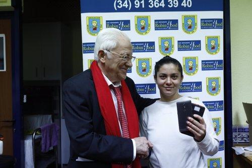 El Padre Ángel entrega teléfonos móviles a personas sin recursos