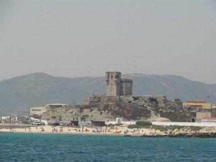 Trasladadas a Tarifa cinco personas rescatadas de una patera en aguas del Estrecho