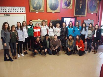 """Gamarra afirma que el Ayuntamiento """"seguirá impulsando"""" la participación de la mujer en todos los ámbitos deportivos"""