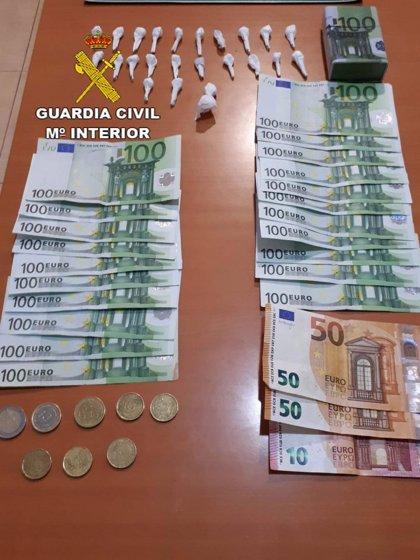 Detenido un hombre sorprendido con 23 papelinas de cocaína y 2.200 euros en El Ejido
