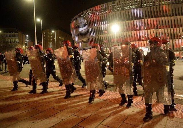 Ertzaintzas en los disturbios de Bilbao