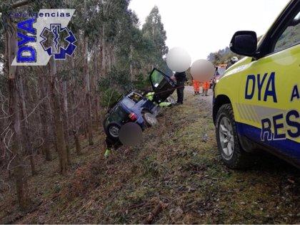 Rescatado un vehículo ocupado a punto de caer por un terraplén