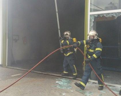 Extinguido un incendio en una nave industrial en El Puerto (Cádiz)