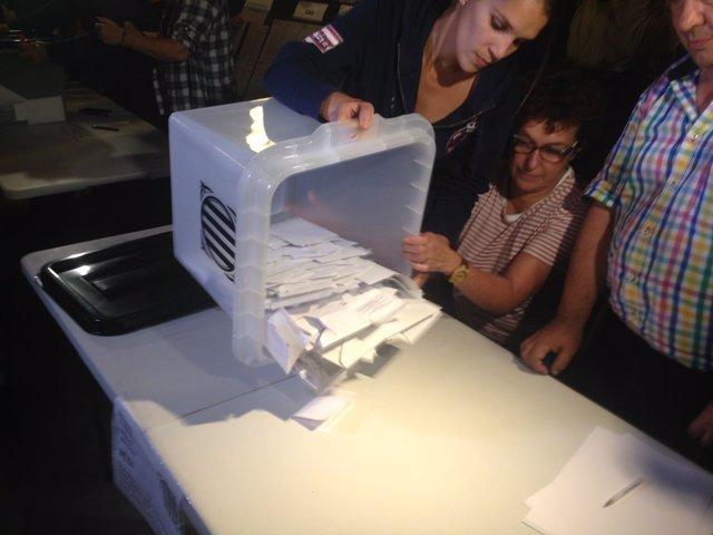 Vacían una urna para el recuento del referéndum del 1-O