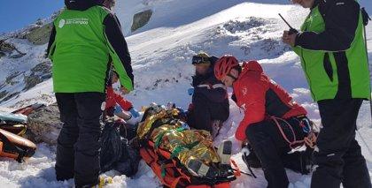 Rescatan en helicóptero a una esquiadora que se cayó y golpeó la cabeza fuera de pista