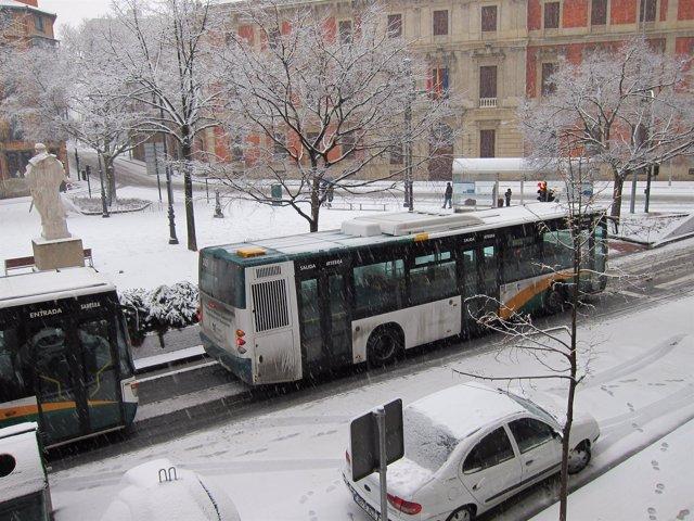 Una Villavesa Circulando En Pamplona Con Nieve.