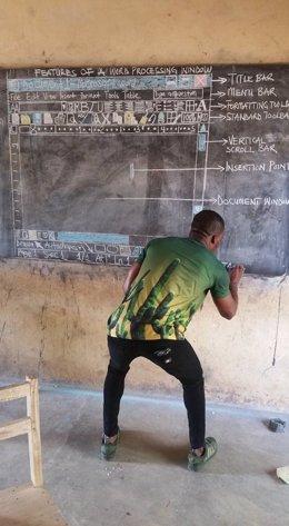 Un profesor pinta en una pizarra el programa WORD para enseñarlo a sus alumnos