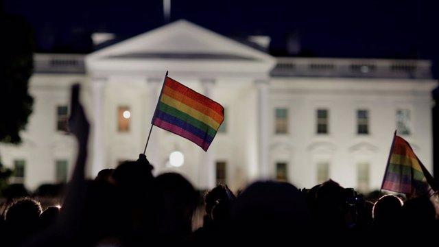 Bandera LGTBI junto a la Casa Blanca