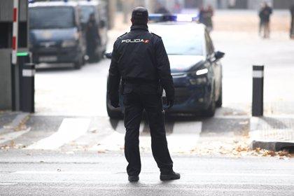 La Policía salva a una mujer que quedó atrapada en el incendio de su casa en València