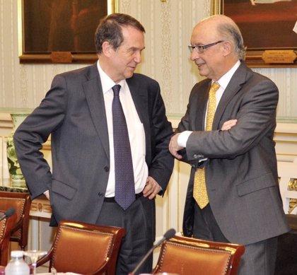 Caballero atribuye el compromiso de Montoro con la reinversión del superávit a la presión de los alcaldes