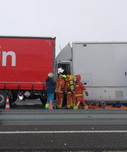 Un accidente entre dos camiones provoca el corte del carril derecho de la A-3 en Caudete de las Fuentes (Valencia)