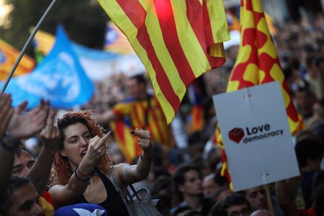 Independentistas a las puertas de la Consejería de Economía de Cataluña