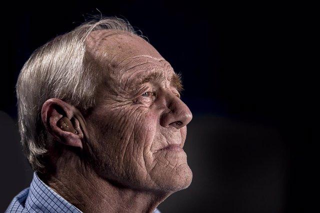 Mayores, hombre mayor con problema de sordera
