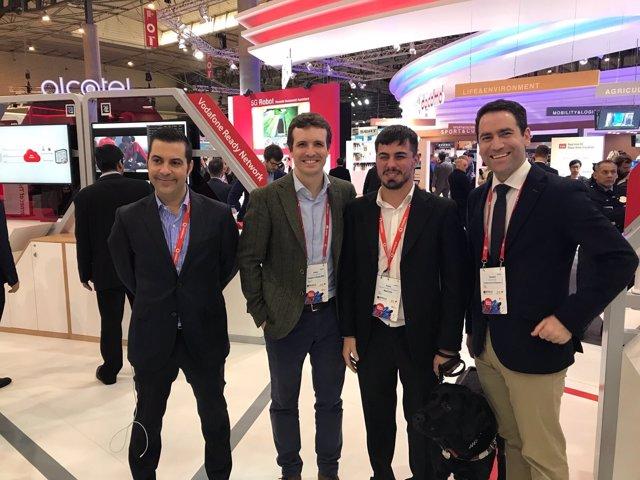 Teodoro García, primero por la derecha, en el Mobile World Congress