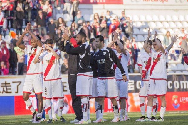 Jugadores del rayo Vallecano agradeciendo el apoyo de la afición