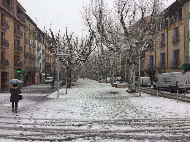 La nieve en una de las calles de Barbasro