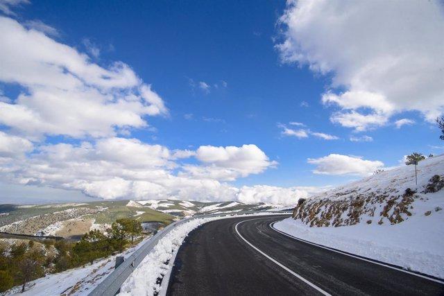 Diputación invertirá en la mejora de la señalización horizontal de carreteras.