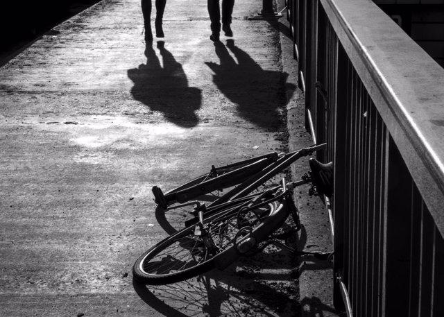 Novela negra sombras blanco y negro bicicleta personas andando