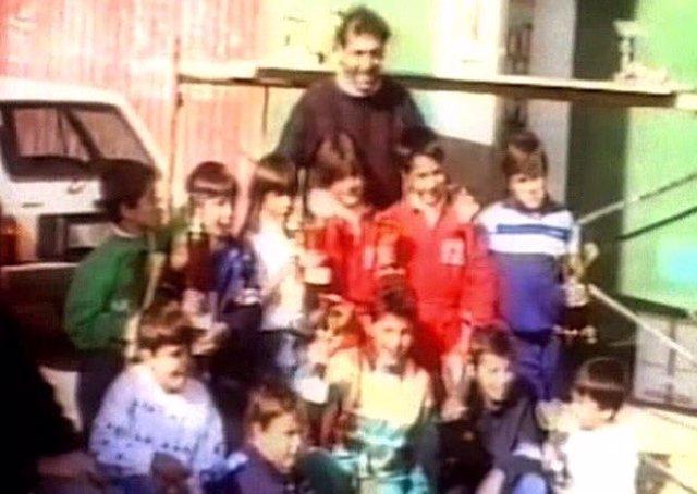 Fernando Alonso de niño en una foto con Quini