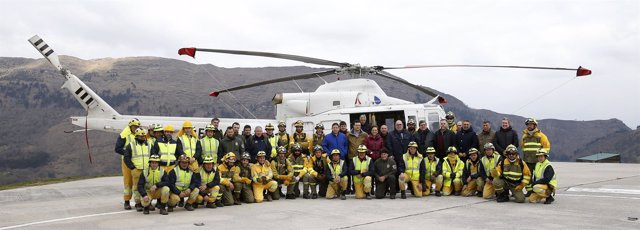 Oria con la brigada de refuerzo de incendios forestales en el helipuerto de Jaed