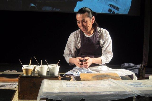 Maestro japonés practicando una técnica tradicional de grabado