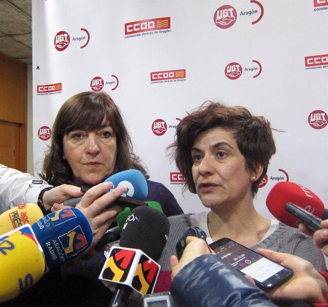 Pura Huerta y Elena Pérez, atendiendo a los medios antes de la asamblea