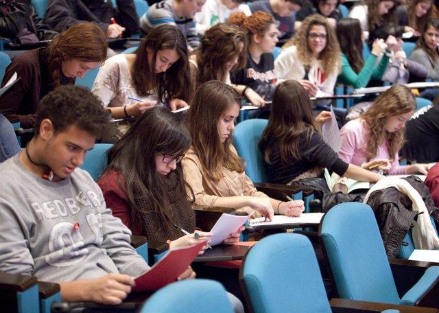 Jóvenes participando en una charla de la mano de profesionales