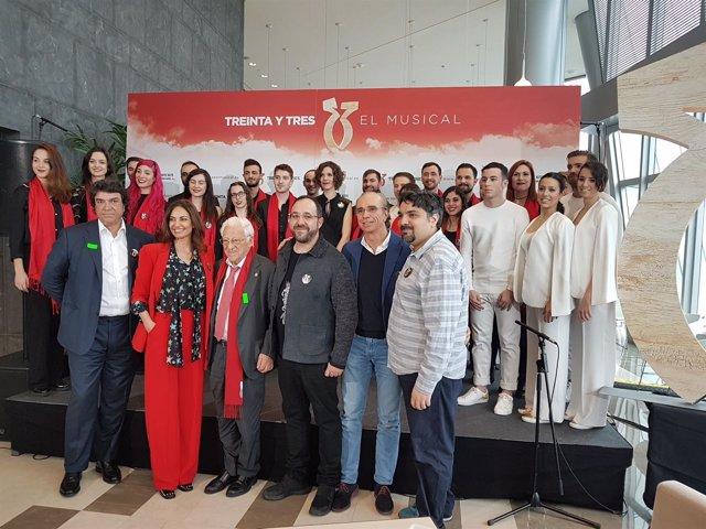 Parte del equipo de '33 El Musical' con el padre Ángel y Mariló Montero