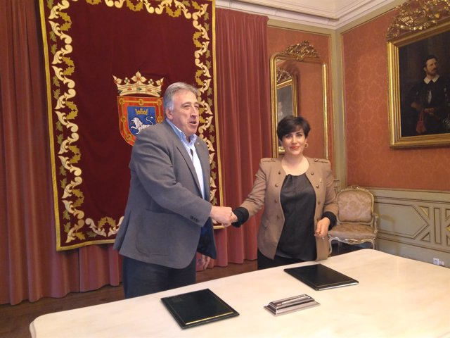 Joseba Asiron y María Solana, en la firma del protocolo