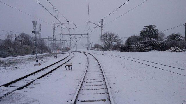 Vías de tren cubiertas por la nieve. Nevada sobre líneas ferroviarias.