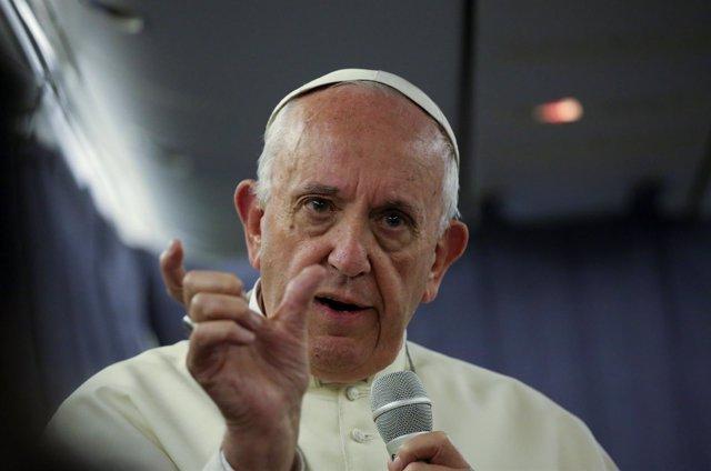 El Papa Francisco durante un viaje de avión