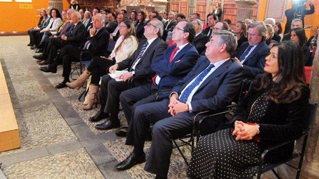 Galardonados y responsables de Ibercaja, en el Patio de la Infanta
