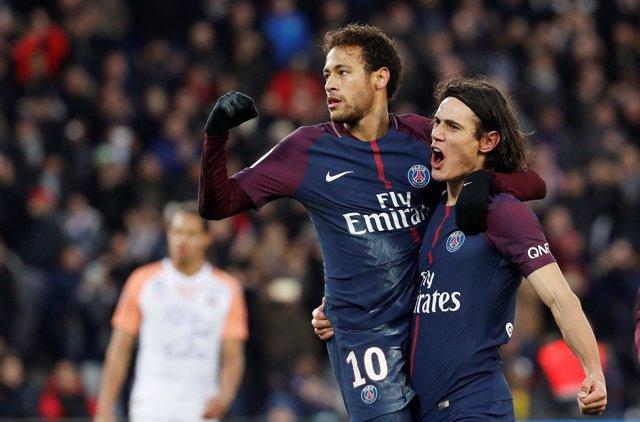 Neymar y Cavani se abrazan tras un gol