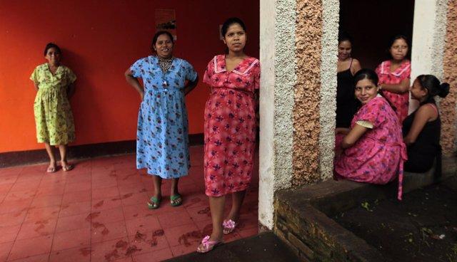 Adolescentes embarazadas en un centro de maternidad en Nicaragua